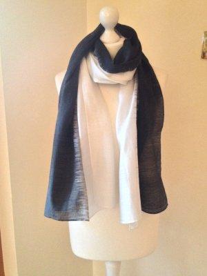 Weich fließender Schal in Schwarz-weiß