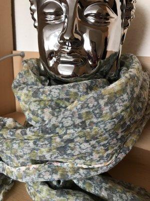 Weicher, fließender Schal aus feiner Wolle