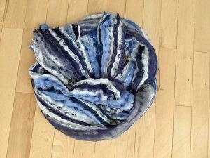 Weicher, leichter Schal für den Sommer in Blautönen