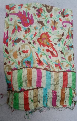 Weicher Schal mit Blütendruck