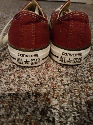 Weinrote Chucks von Converse