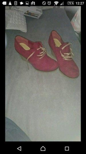 Weinrote Keilabsatz Schuhe