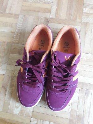 weinrote Schnür-Sneaker