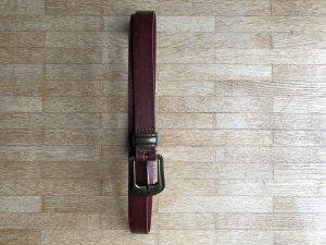 Weinroter Gürtel mit goldener Schließe, Westernstil