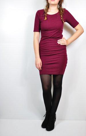 Weinrotes Kleid mit halblangen Ärmeln