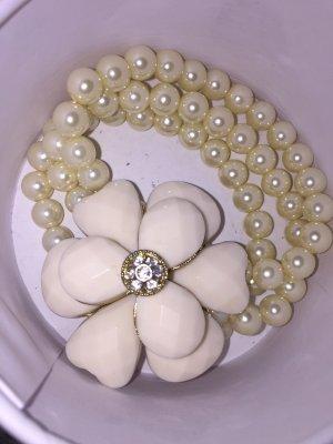 Weises Armband mit Perlen