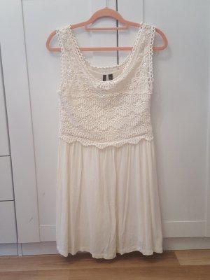 Weises Kleid mit Spitze