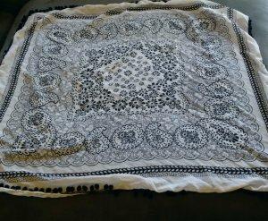 weiß-dunkelblau gemustertes Tuch mit Bommeln von Vero Moda