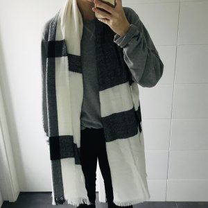 weiß-grau-schwarz gemusterter Schal