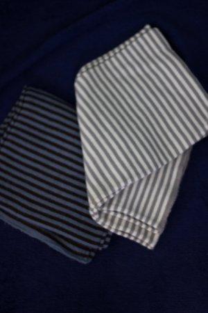 Weiß-grau und blau-braun gestreifte Schals Winter