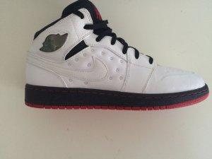 Weiß-schwarze Jordans mit roter Sohle