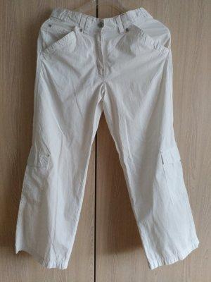 weiße 3/4 Hose mit aufgesetzten Cargotaschen