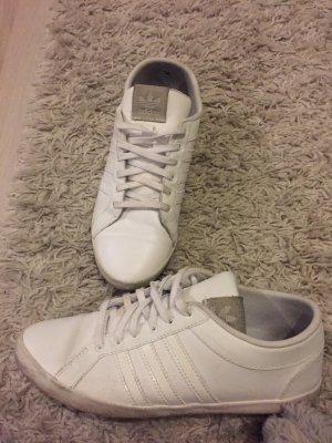 Weiße Adidas sneaker.