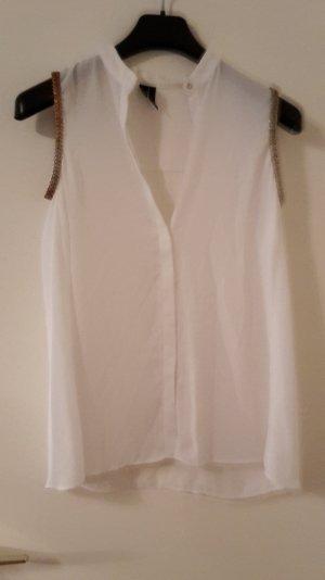 weiße ärmellose Bluse mit Metallverzierungen