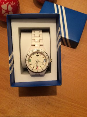 Weiße Armbanduhr mit buntem Ziffernblatt von Adidas zu verkaufen.