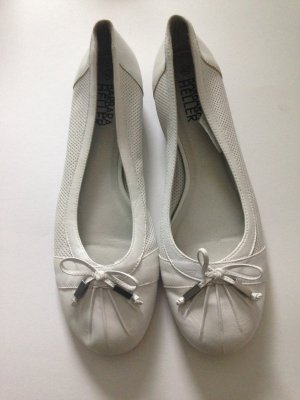 Weiße Ballerinas mit Details