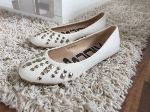 weiße Ballerinas mit silbernen Nieten