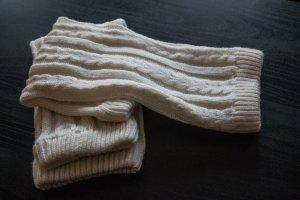 weiße Beinstulpen in Strickoptik