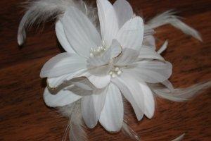 weiße Blume mit Glitzer für die Haare