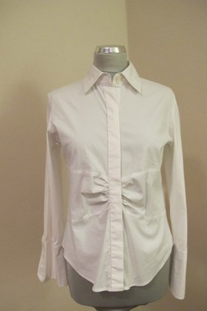 Weisse Bluse im Business-Look