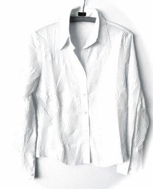 Weiße Bluse im Knitterlook