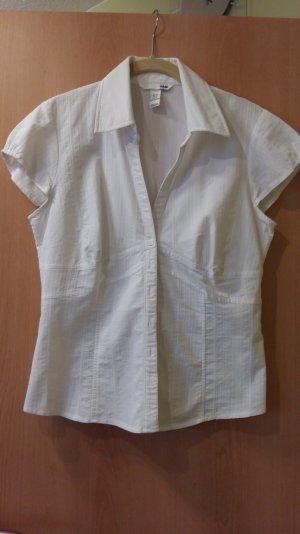 Weiße Bluse mit Abnähern und Knopfleiste