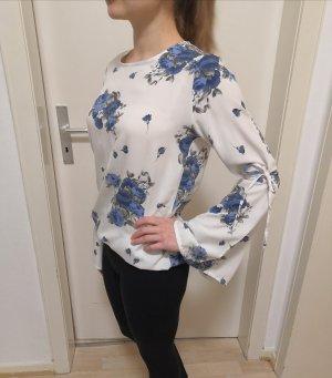 Weiße Bluse mit blauen Rosen