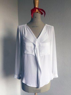 weiße Bluse mit Brusttaschen und Ziersaum von Zara