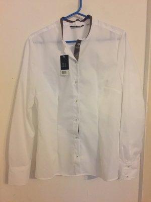 Weiße Bluse mit Etikett