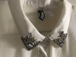 Weiße Bluse mit Glitzersteinen am Kragen pailetten