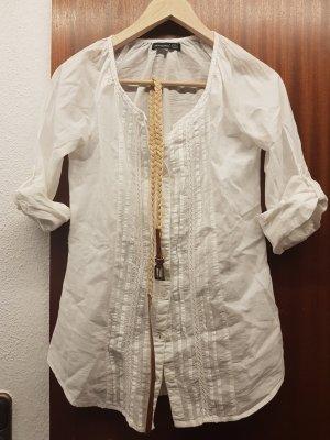 Weiße Bluse mit Gürtel