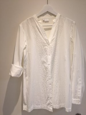 weiße Bluse mit kleinen Nieten