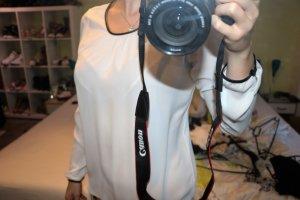 Weiße Bluse mit Lederdetails