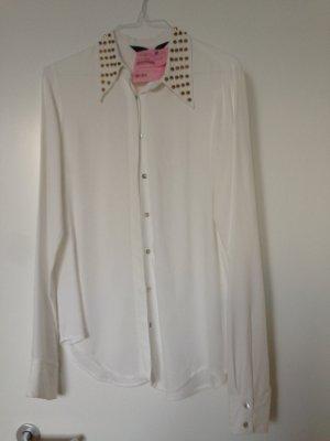 Weiße Bluse mit Nieten am Kragen