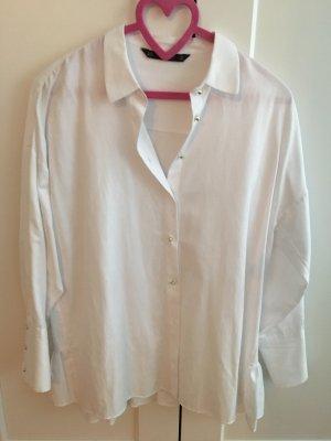 Weiße Bluse mit Perlenknöpfen und Volant