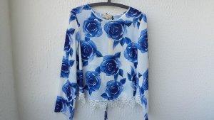 weiße Bluse mit Rosendruck in blau und Spitzenborte, Gr. S NEU