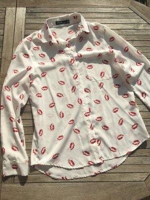Weiße Bluse mit roten Lippenstift-Abdrücken