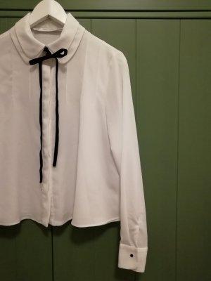 Weiße Bluse mit Samtband am Kragen