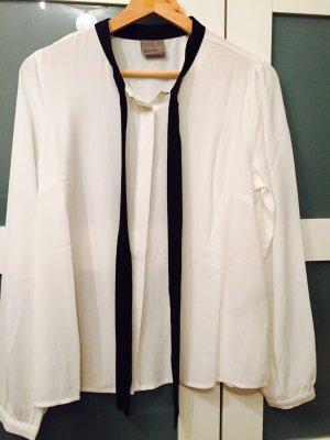 Weiße Bluse mit schwarzem Band