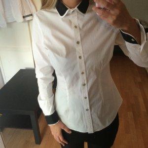*weiße Bluse mit schwarzem Bubi-Kontrastkragen*