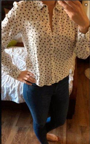 weiße Bluse mit schwarzen Herzen bedruckt