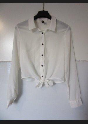 Weiße Bluse mit schwarzen Knöpfen