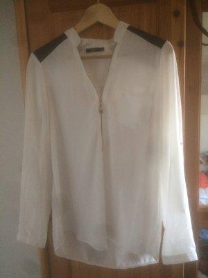 Weiße Bluse mit schwarzen Schulterflecken
