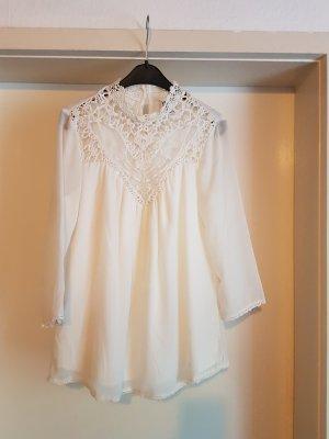 weiße Bluse mit Spitzenkragen und 3/4 Ärmeln