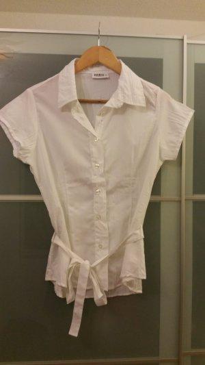 weiße Bluse mit Tailliengurt
