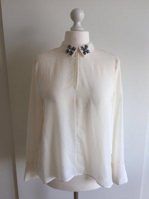 Weiße Bluse mit Verzierung am Kragen