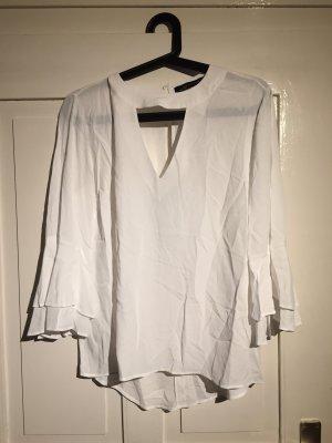 Weiße Bluse mit Volantärmeln