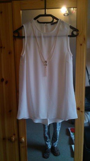 weiße Bluse ohne Ärmel mit goldener Kette