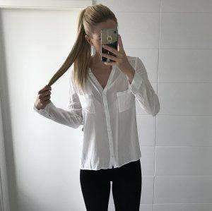 weiße Bluse schlicht mit Tasche