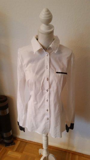 Weiße Bluse von Asos mit schwarzen Akzenten mit Herzchenmuster.